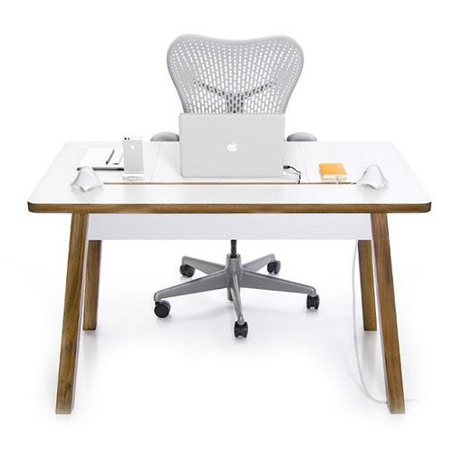 Стол WoodFrame для Mac белыйМелочи для жизнииотдыха<br>Благодаря столу WoodFrame Вы навсегда забудете, что провода могут помешать рабочему процессу!<br><br>Цвет товара: Белый<br>Материал: Натуральное дерево, пластик