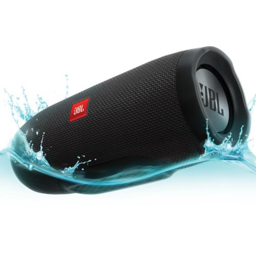 Акустическая система JBL Charge 3 чёрнаяКолонки и акустика<br>Обновлённый дизайн, полностью переработанный звук, мощный аккумулятор и влагозащита — всё это новая JBL Charge 3!<br><br>Цвет товара: Чёрный<br>Материал: Пластик, текстиль
