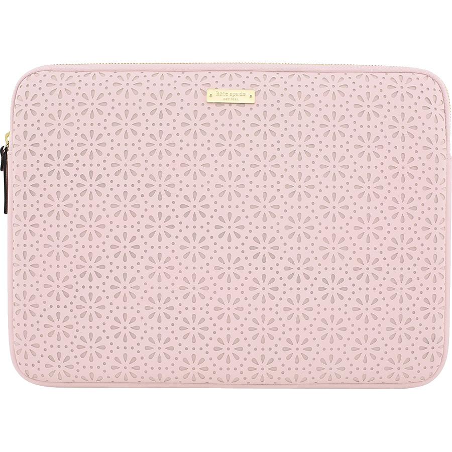 Чехол Kate Spade New York Perforated Sleeve для MacBook 13 розовый кварцЧехлы для MacBook Air 13<br>Kate Spade New York Perforated с цветочной перфорацией — самый элегантный чехол для вашего любимого лэптопа!<br><br>Цвет товара: Розовый<br>Материал: Эко-кожа, текстиль